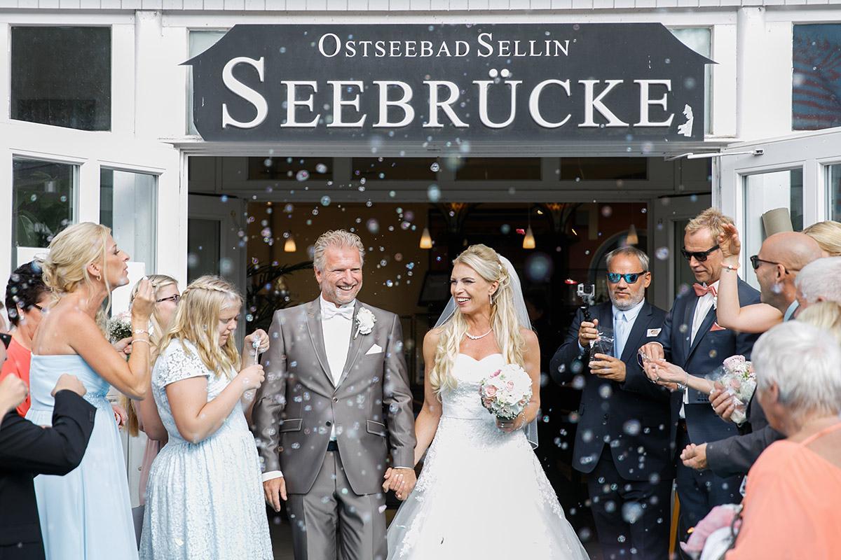 Hochzeitsfoto von Auszug des Brautpaares nach Trauung auf Seebrücke im Ostseebad Sellin Rügen - Ostsee Hochzeitsfotograf © www.hochzeitslicht.de