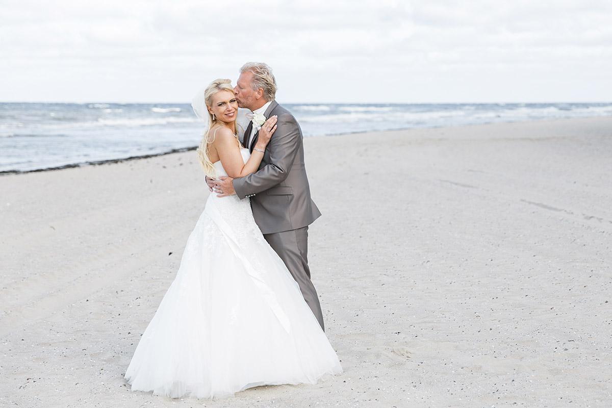 Brautpaarfoto am Strand bei Ostsee-Hochzeit auf Rügen - Ostsee Hochzeitsfotograf © www.hochzeitslicht.de