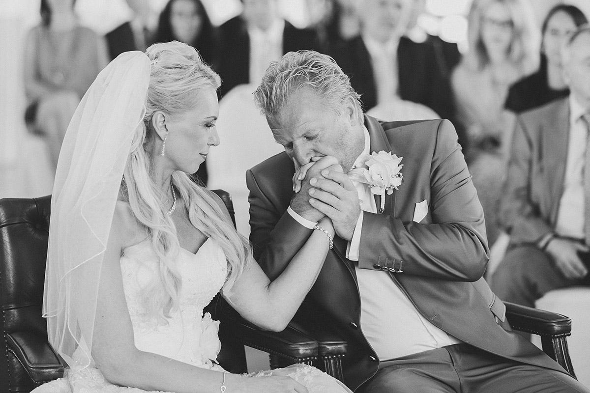 emotionales Hochzeitsfoto während Trauung bei Ostsee-Hochzeit auf Rügen - Ostsee Hochzeitsfotograf © www.hochzeitslicht.de