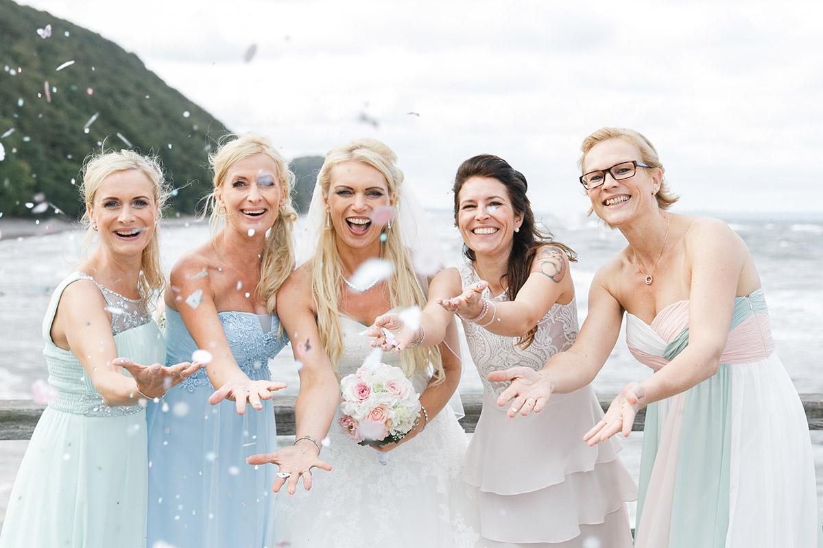 Hochzeitsfoto von Braut mit Brautjungfern am Strand bei Hochzeit auf Seebrücke Sellin Rügen - Ostsee Hochzeitsfotograf © www.hochzeitslicht.de