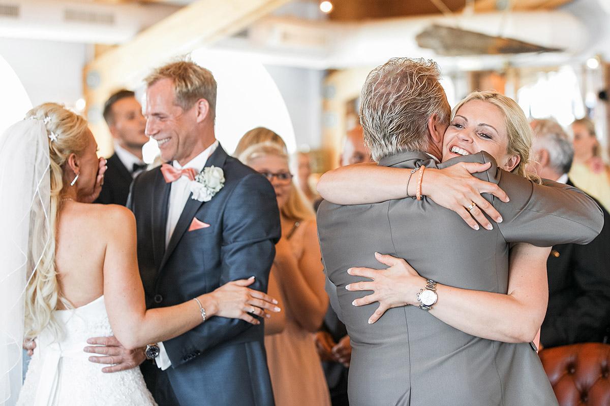 Hochzeitsreportagefoto von Gratulation der Gäste nach Trauung auf Seebrücke Sellin - Ostsee Hochzeitsfotograf © www.hochzeitslicht.de