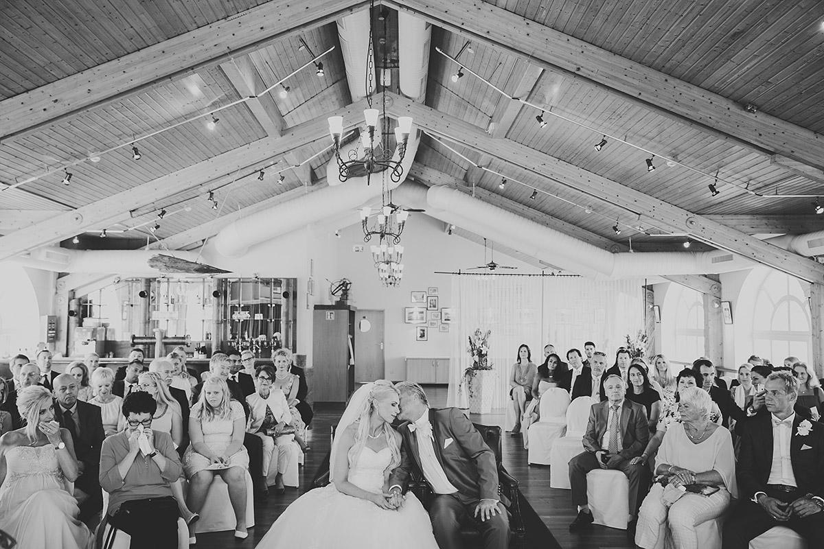 Hochzeitsfoto von Trauung während Ostsee-Hochzeit in Seebrücke Sellin auf Rügen - Ostsee Hochzeitsfotograf © www.hochzeitslicht.de