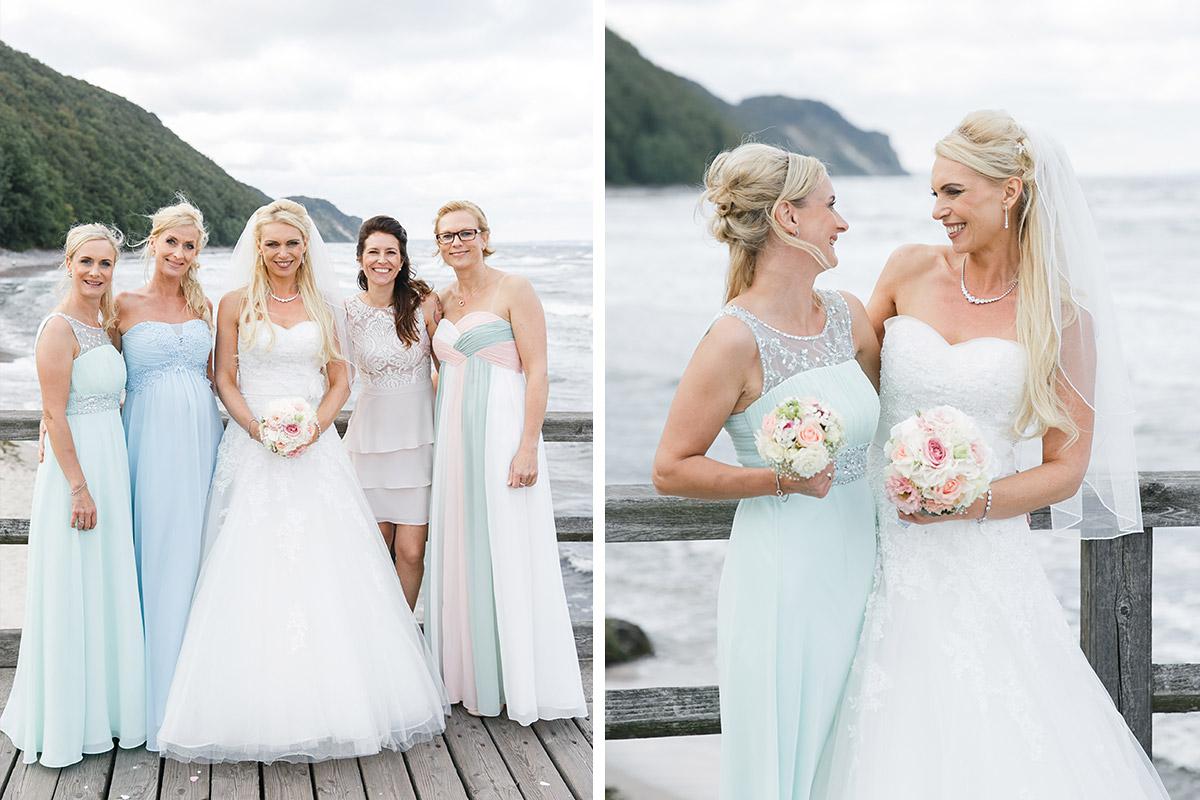 Hochzeitsfotografien von Braut mit Brautjungfern bei Ostseehochzeit auf Seebrücke Sellin - Ostsee Hochzeitsfotograf © www.hochzeitslicht.de