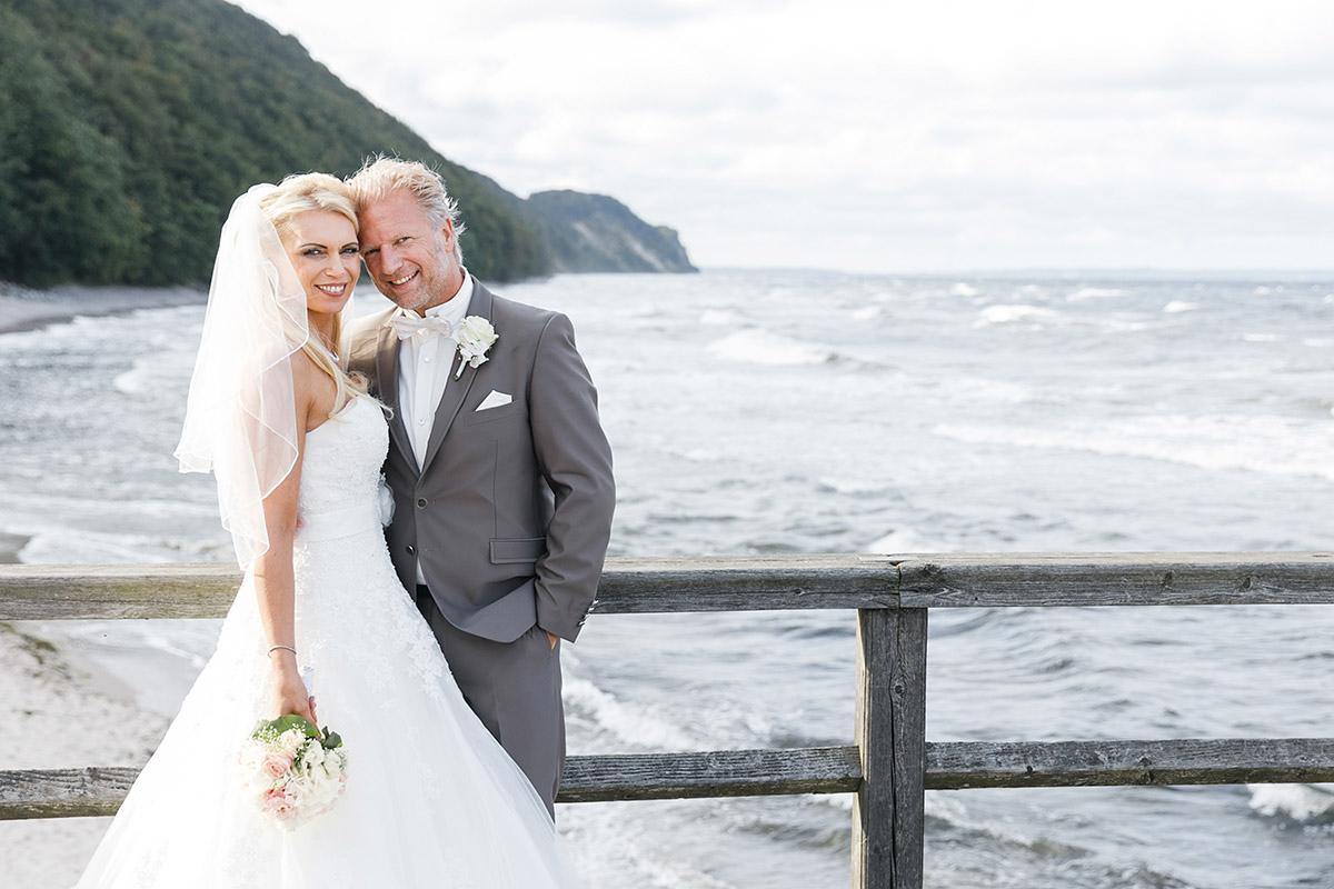 Brautpaarfoto am Strand bei Ostsee-Hochzeit auf Seebrücke Sellin Rügen - Ostsee Hochzeitsfotograf © www.hochzeitslicht.de