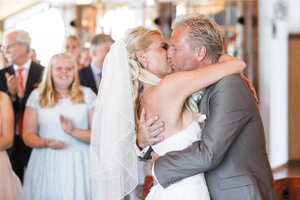 Hochzeitsfoto von Kuss beim Ja-Wort während Ostsee-Hochzeit - Ostsee Hochzeitsfotograf © www.hochzeitslicht.de