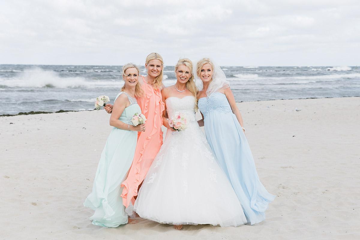 Hochzeitsfoto von Braut mit Brautjungfern am Strand - Ostsee Hochzeitsfotograf © www.hochzeitslicht.de