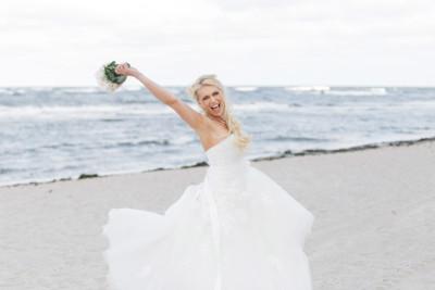 Hochzeitsfoto von jubelnder Braut bei Ostseehochzeit am Strand auf Seebrücke Sellin Rügen - Ostsee Hochzeitsfotograf © www.hochzeitslicht.de