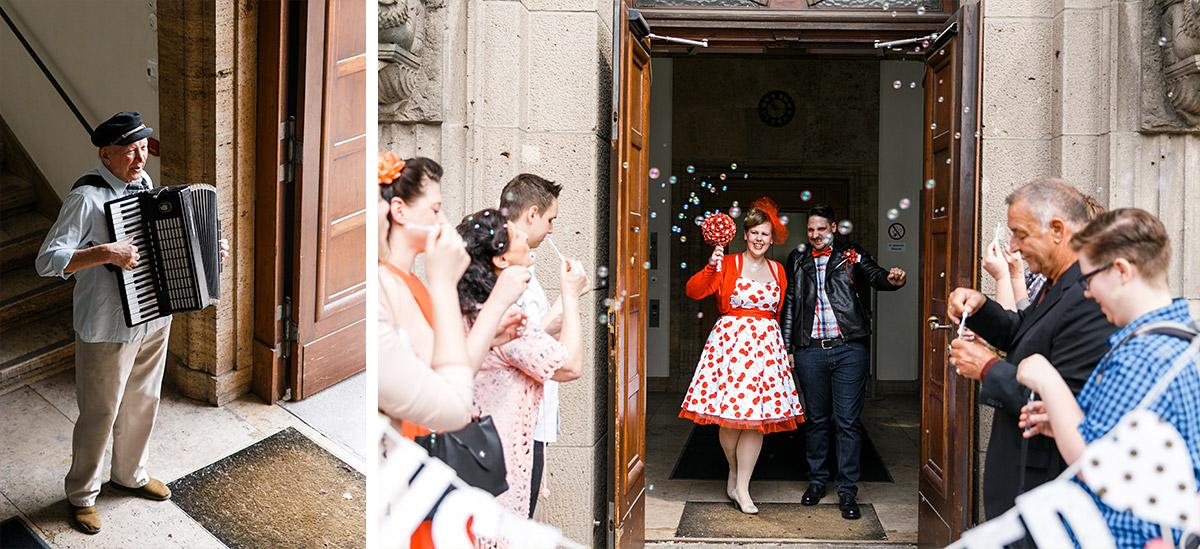 Hochzeitsfotos Vom Auszug Des Brautpaars Bei 50er Jahre Hochzeit In