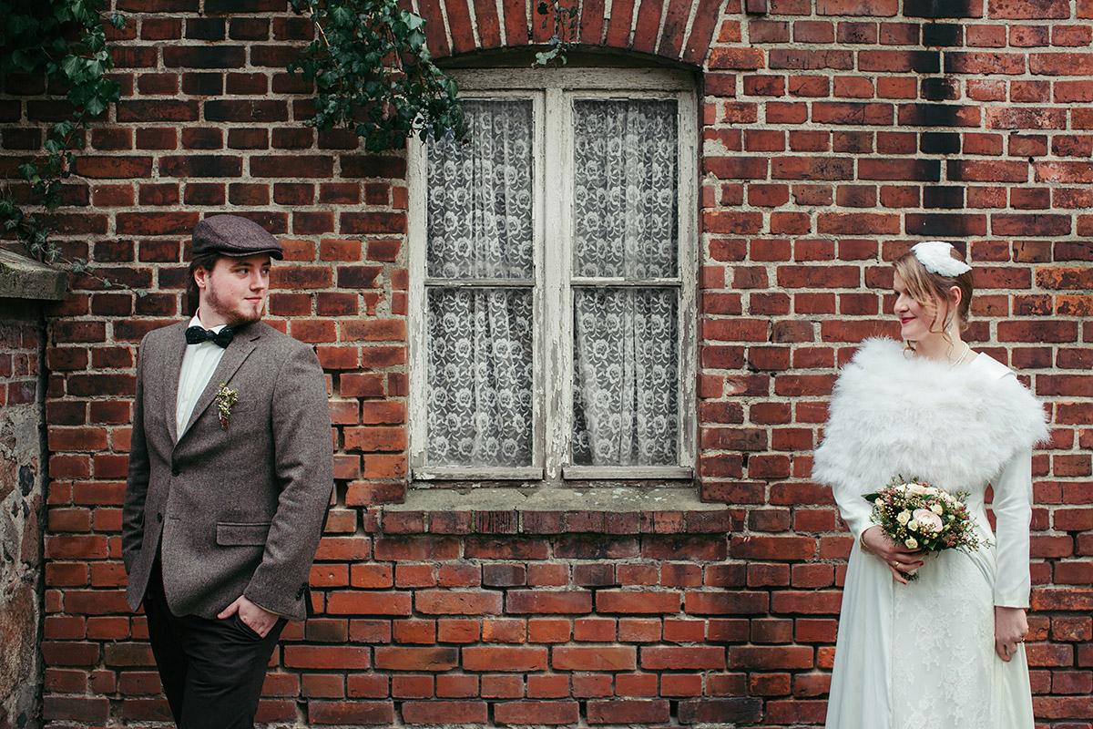 Brautpaarfoto bei Vintage-Hochzeit in Alter Schmiede Zepernick bei Berlin-Pankow - Winterhochzeit Berlin-Pankow Hochzeitsfotograf © www.hochzeitslicht.de