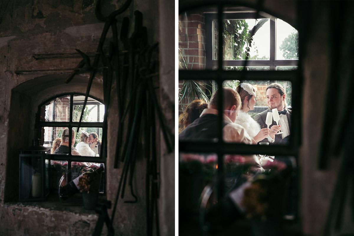 kreative Hochzeitsfotos bei Hochzeitsfeier in Alter Schmiede Zepernick - Winterhochzeit Berlin-Pankow Hochzeitsfotograf © www.hochzeitslicht.de