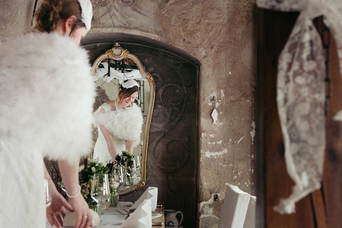 Hochzeitsfoto von Braut im geschmückten Festsaal in Restauration Alte Schmiede Zepernick in Panketal - Winterhochzeit Berlin-Pankow Hochzeitsfotograf © www.hochzeitslicht.de