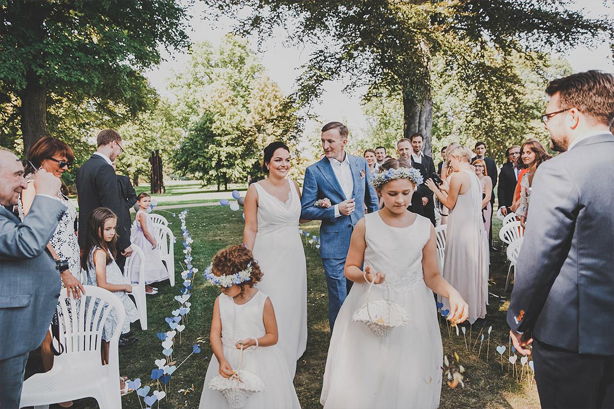 Hochzeitsfoto vom Einzug der Braut bei Sommerhochzeit auf Schloss Neuhardenberg - Schloss Neuhardenberg Hochzeitsfotograf © www.hochzeitslicht.de