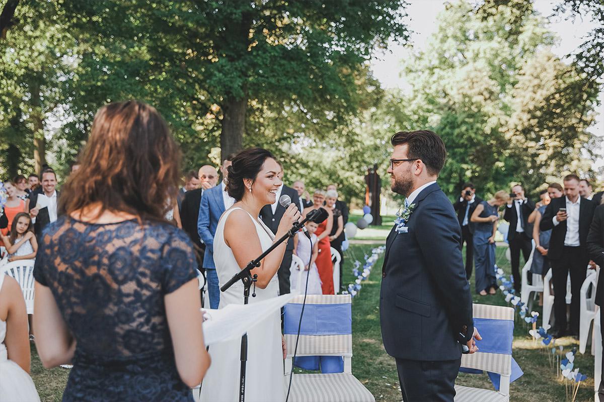 ungestellte Hochzeitsfotografie bei Trauung im Park von Schloss Neuhardenberg - Schloss Neuhardenberg Hochzeitsfotograf © www.hochzeitslicht.de