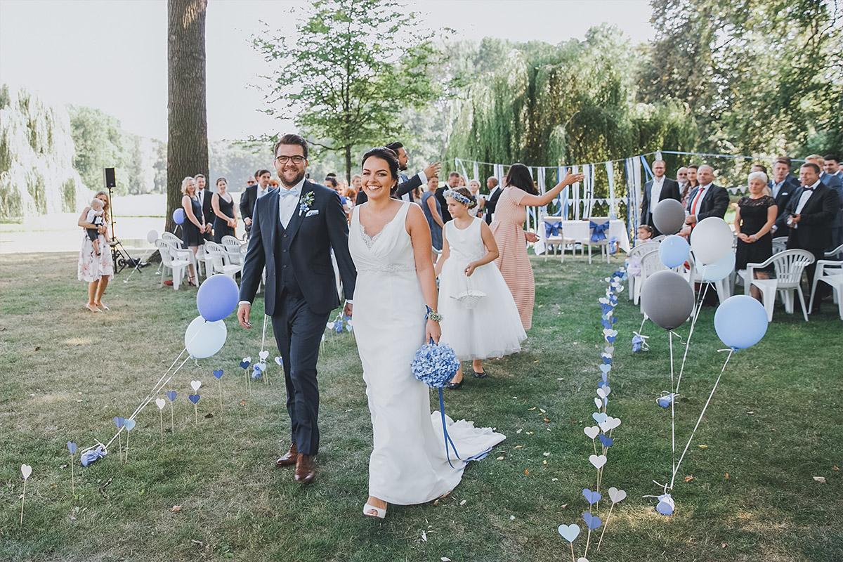 Hochzeitsfoto vom Auszug des Brautpaares nach Trauung im Landschaftspark von Schloss Neuhardenberg - Schloss Neuhardenberg Hochzeitsfotograf © www.hochzeitslicht.de
