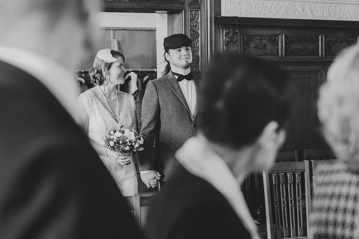 Hochzeitsreportagefoto von Einzug Brautpaar bei standesamtlicher Trauung im Standesamt Pankow - Winterhochzeit Berlin-Pankow Hochzeitsfotograf © www.hochzeitslicht.de