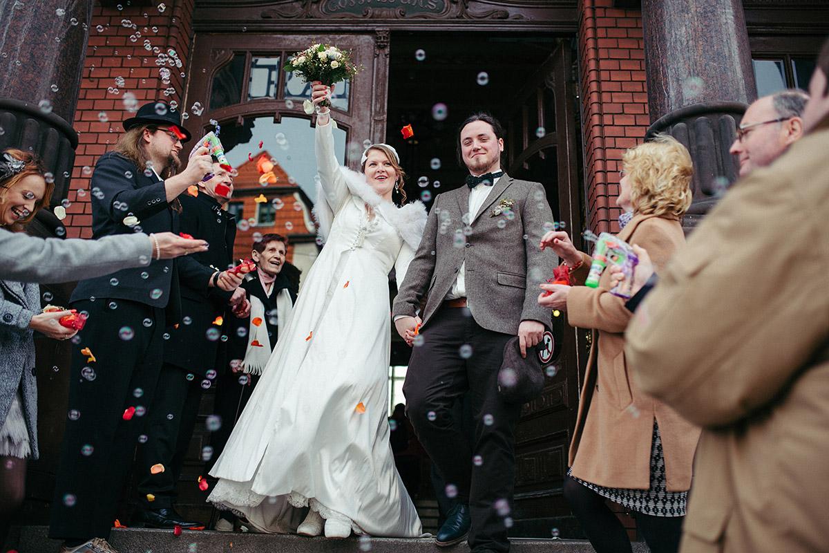 Hochzeitsfoto von Auszug des Brautpaares nach Trauung im Standesamt Potsdam - Winterhochzeit Berlin-Pankow Hochzeitsfotograf © www.hochzeitslicht.de