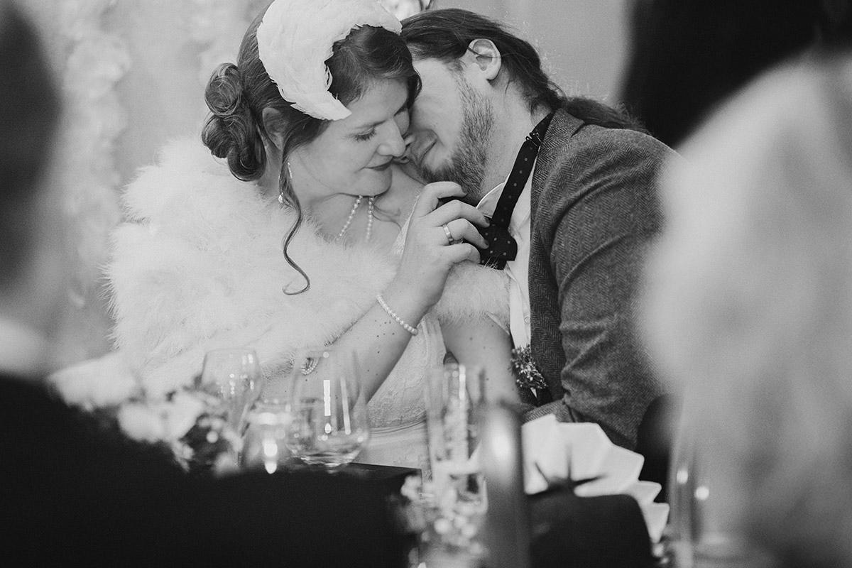 ungestelltes Hochzeitsfoto von Brautpaar bei Hochzeit in Alter Schmiede Zepernick - Winterhochzeit Berlin-Pankow Hochzeitsfotograf © www.hochzeitslicht.de