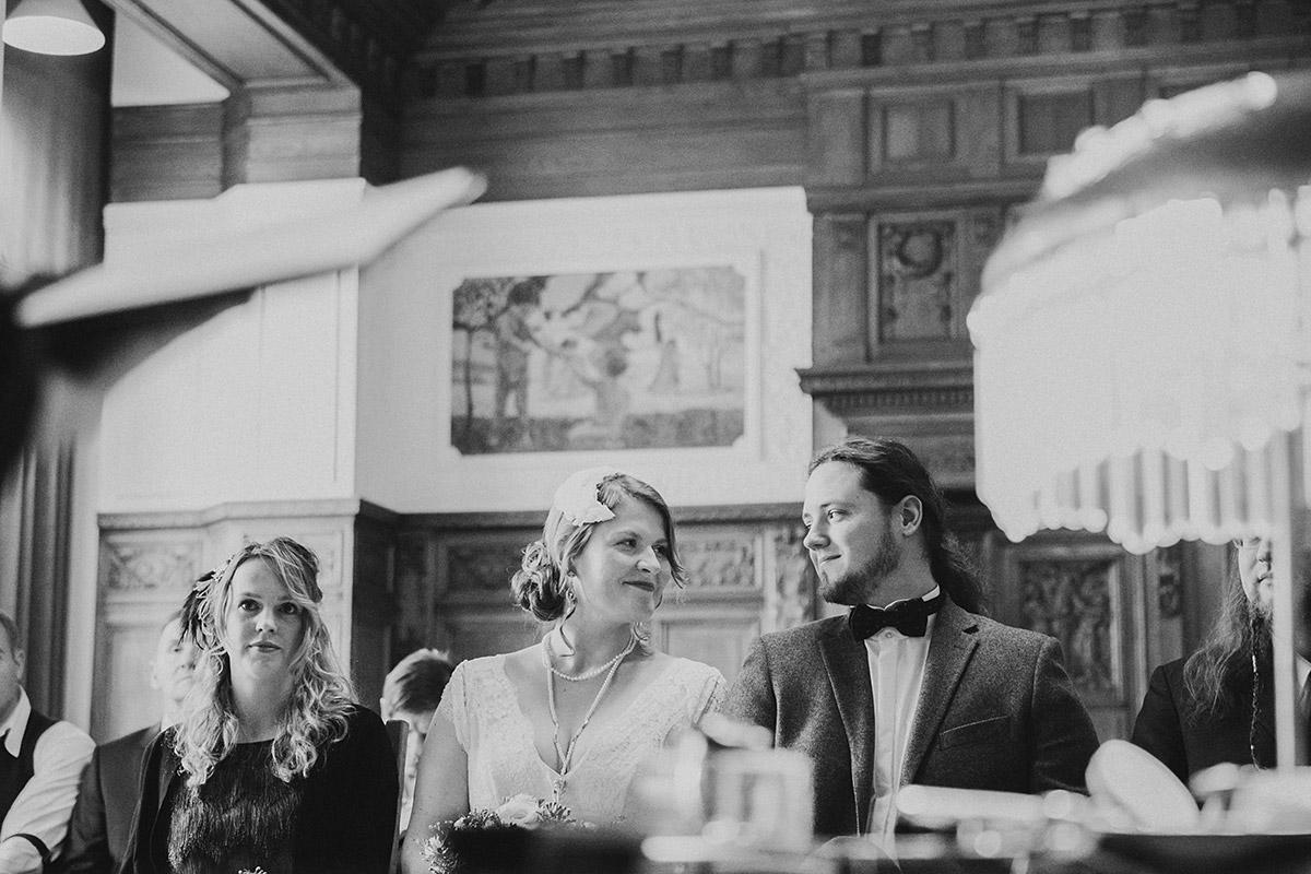 Hochzeitsreportagefoto von standesamtlicher Trauungszeremonie im Standesamt Berlin-Pankow - Winterhochzeit Berlin-Pankow Hochzeitsfotograf © www.hochzeitslicht.de