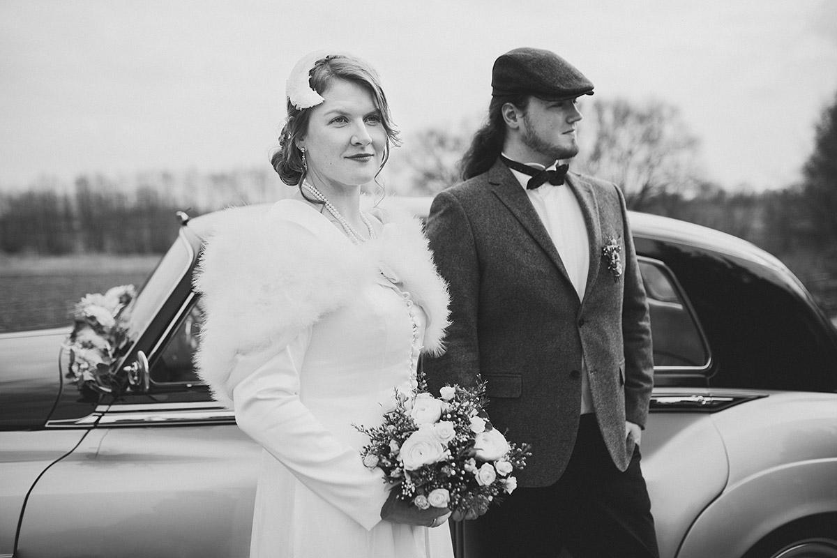 ausdrucksstarkes Hochzeitsfoto von Brautpaar im Vintage-Stil - Winterhochzeit Berlin-Pankow Hochzeitsfotograf © www.hochzeitslicht.de