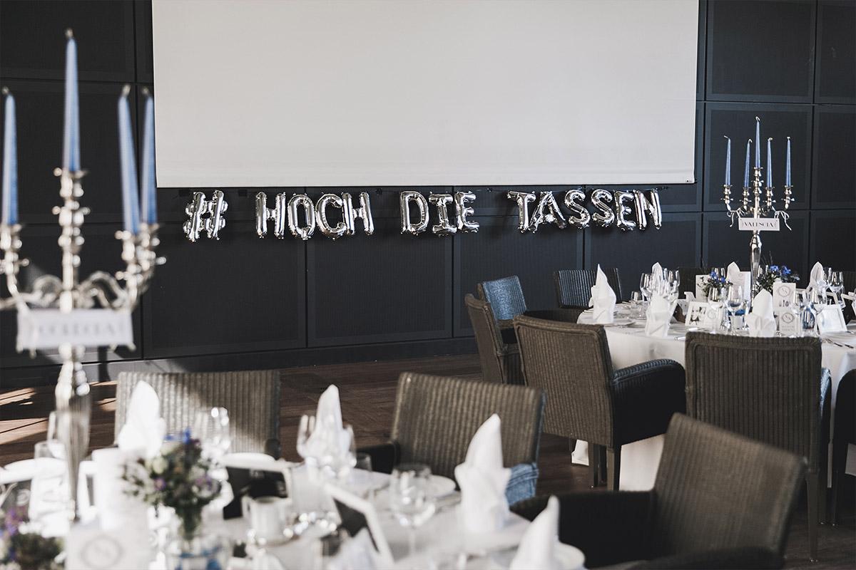 Hochzeitfoto von geschmücktem Festsaal bei klassisch-eleganter Hochzeit auf Schloss Neuhardenberg Brandenburg - Schloss Neuhardenberg Hochzeitsfotograf © www.hochzeitslicht.de