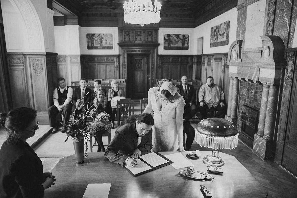 Hochzeitsreportagefoto von Trauungszeremonie im Standesamt Berlin-Pankow - Winterhochzeit Berlin-Pankow Hochzeitsfotograf © www.hochzeitslicht.de