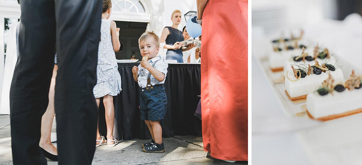 Hochzeitsreportagefotografie von kleinem Jungen am Buffet bei Schloss Neuhardenberg Hochzeit - Schloss Neuhardenberg Hochzeitsfotograf © www.hochzeitslicht.de