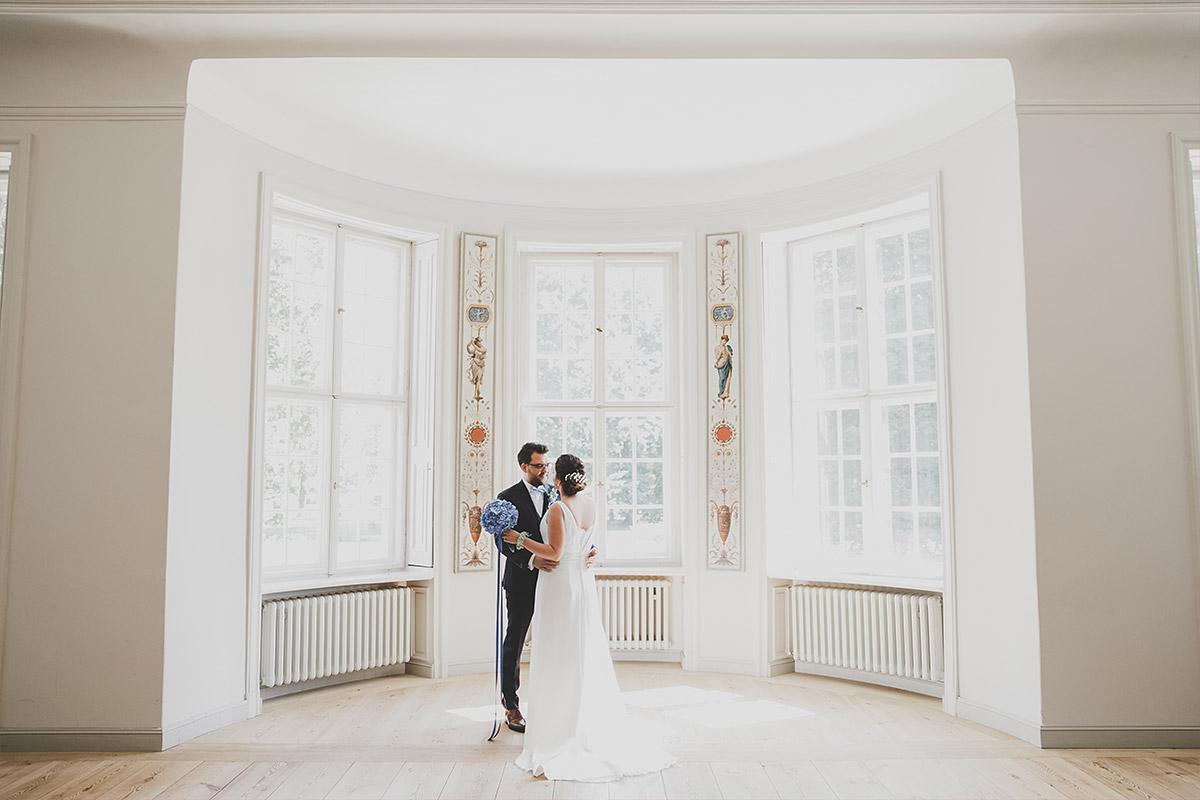 Hochzeitsfoto von First Look des Brautpaares bei eleganter Schloss Neuhardenberg Hochzeit - Schloss Neuhardenberg Hochzeitsfotograf © www.hochzeitslicht.de