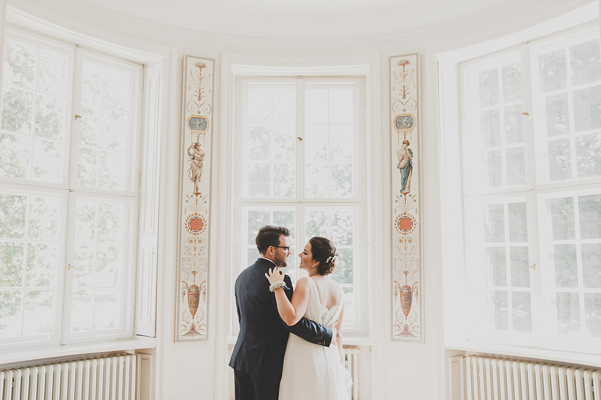 romantisches Brautpaarfoto bei Vintagehochzeit auf Schloss Neuhardenberg - Schloss Neuhardenberg Hochzeitsfotograf © www.hochzeitslicht.de