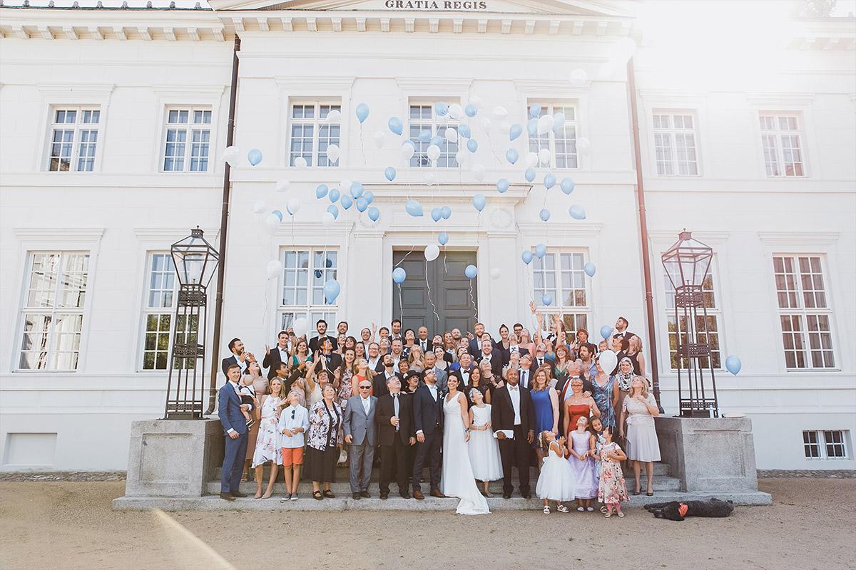 Gruppenfoto von Hochzeitsgesellschaft bei Schloss Neuhardenberg Hochzeit - Schloss Neuhardenberg Hochzeitsfotograf © www.hochzeitslicht.de