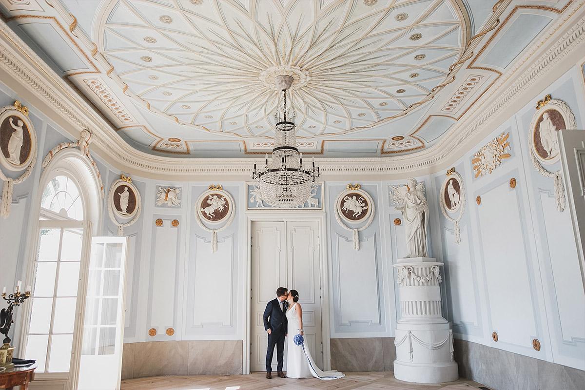 Hochzeitsfoto vom First Look bei Schloss Neuhardenberg Hochzeit im Vintage-Stil - Schloss Neuhardenberg Hochzeitsfotograf © www.hochzeitslicht.de