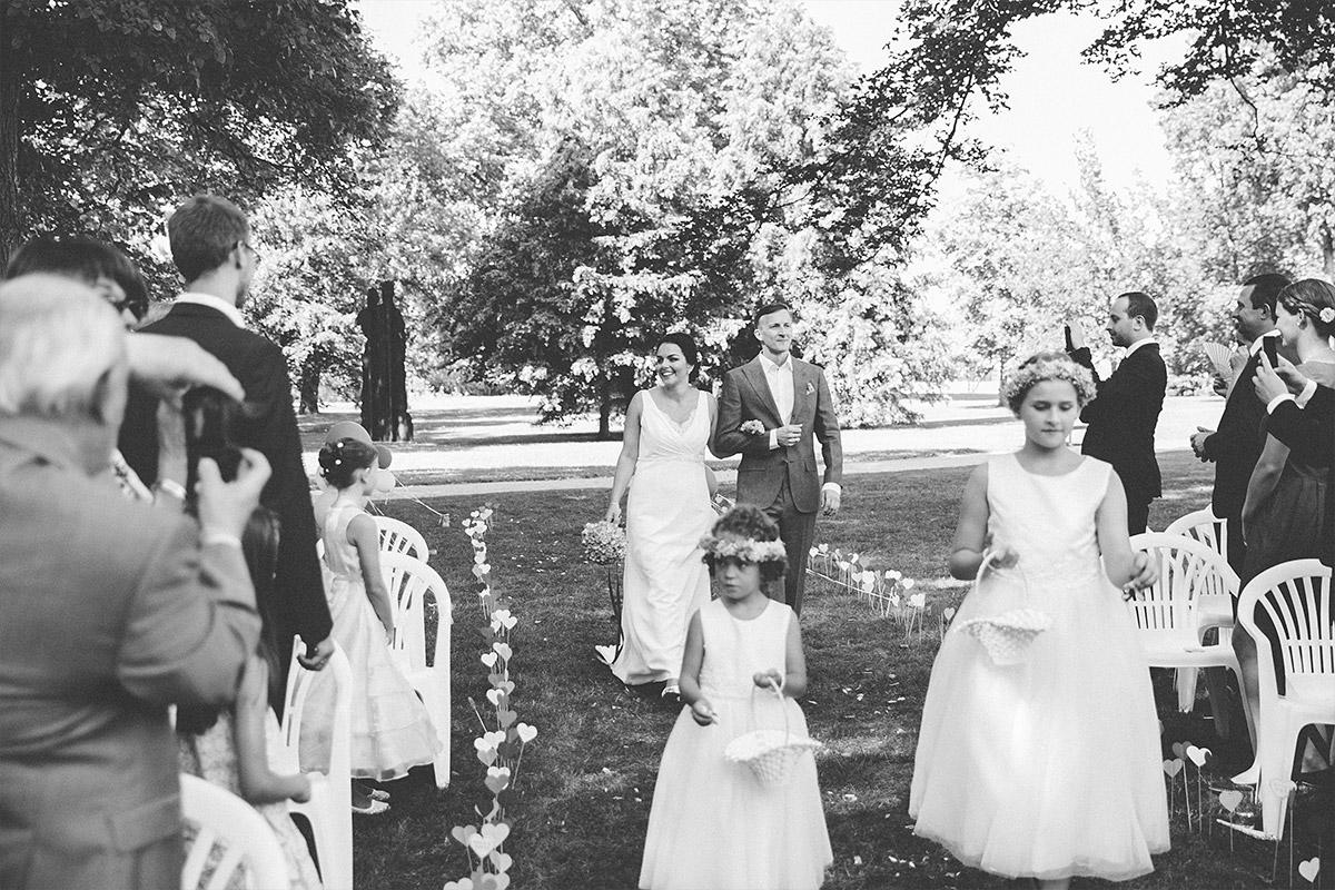 Hochzeitsreportagefoto vom Einzug der Braut bei Trauung im Garten von Schloss Neuhardenberg - Schloss Neuhardenberg Hochzeitsfotograf © www.hochzeitslicht.de