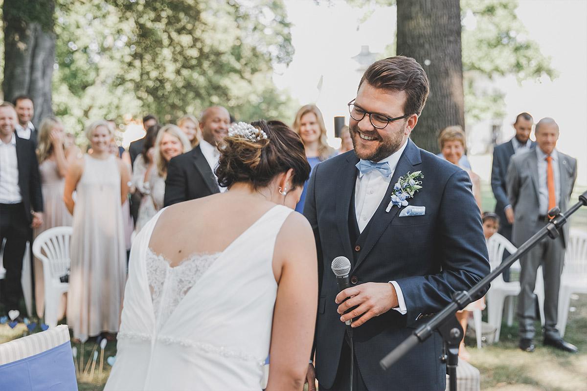 authentisches Hochzeitsfoto von Trauung im Freien bei Schloss Neuhardenberg Hochzeit - Schloss Neuhardenberg Hochzeitsfotograf © www.hochzeitslicht.de