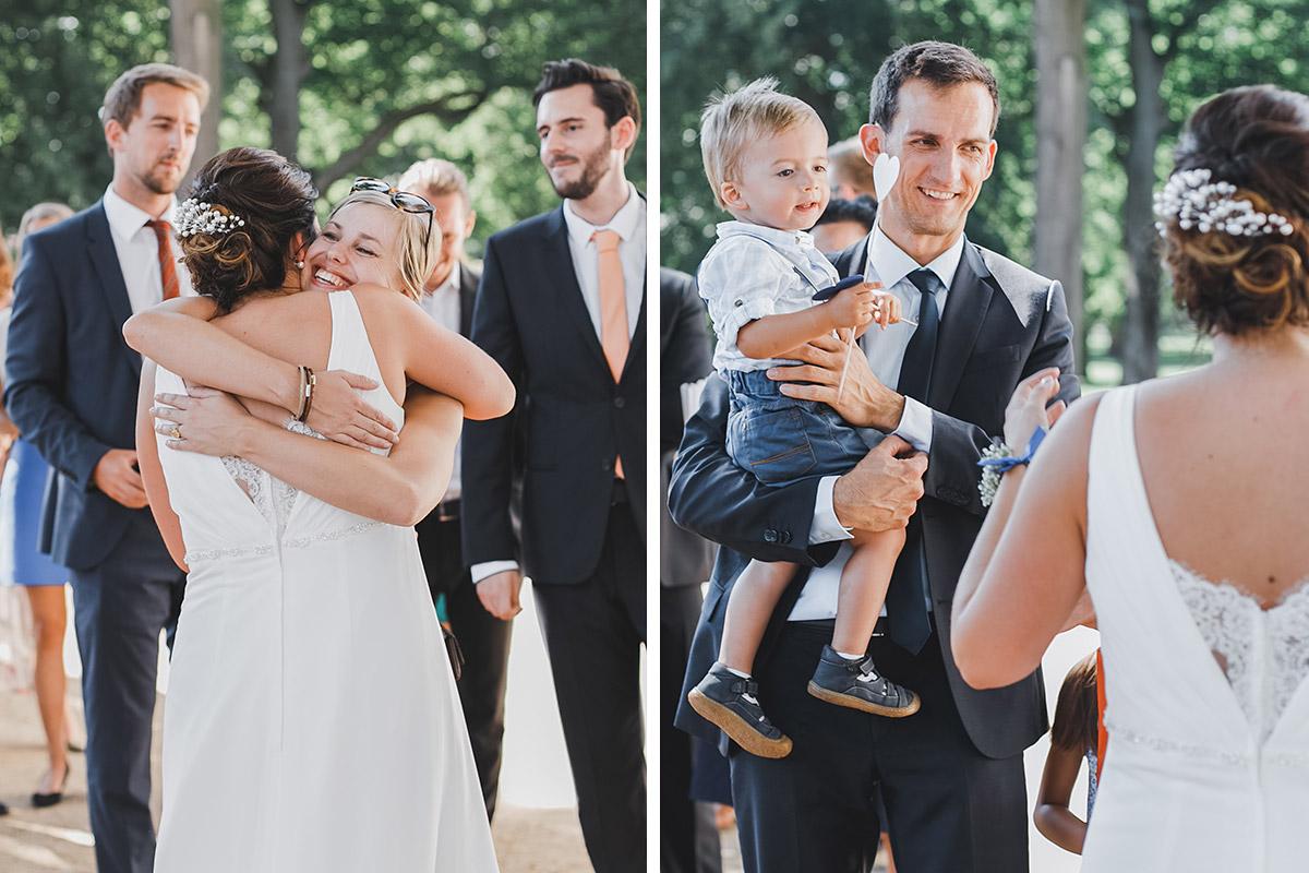 Hochzeitsfotos von Gratulation der Gäste nach Trauung aufgenommen von Hochzeitsfotografin bei Schloss Neuhardenberg Hochzeit - Schloss Neuhardenberg Hochzeitsfotograf © www.hochzeitslicht.de
