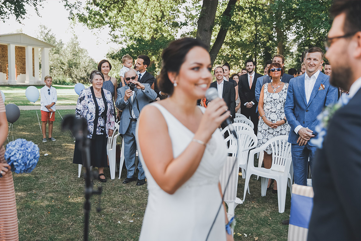 Hochzeitsreportagefoto während Trauung im Park von Schloss Neuhardenberg - Schloss Neuhardenberg Hochzeitsfotograf © www.hochzeitslicht.de