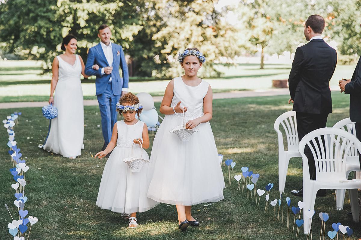 Hochzeitsreportagefoto vom Einzug der Braut mit Blumenmädchen bei Trauungszeremonie auf Schloss Neuhardenberg - Schloss Neuhardenberg Hochzeitsfotograf © www.hochzeitslicht.de