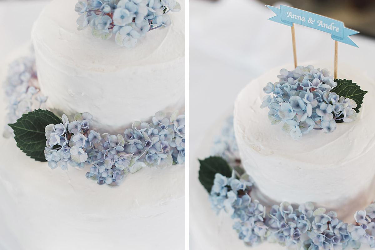 weiße Hochzeitstorte mit blauen Hortensien bei Vintage-Hochzeit auf Schloss Neuhardenberg - Schloss Neuhardenberg Hochzeitsfotograf © www.hochzeitslicht.de