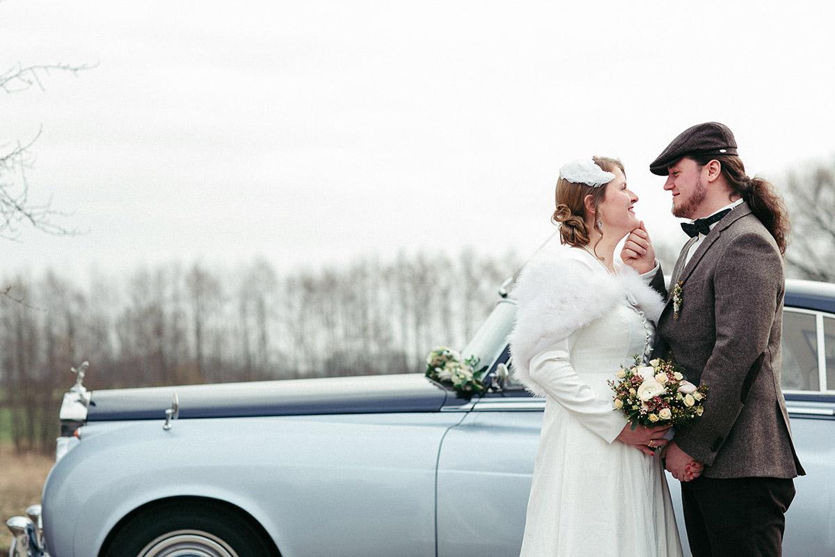 Brautpaarfoto vor hellblauem Bentley Oldtimer bei Vintage-Hochzeit in Berlin - Winterhochzeit Berlin-Pankow Hochzeitsfotograf © www.hochzeitslicht.de