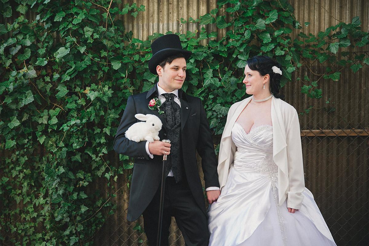 Brautpaarfoto bei Alice im Wunderland Hochzeit in Berlin - Alice im Wunderland Hochzeit Hochzeitsfotograf Berlin © www.hochzeitslicht.de