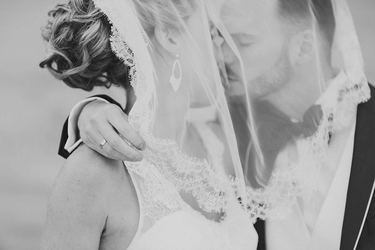 Hochzeitsfoto von Brautpaar bei Hochzeit im Ermelerhaus Berlin Mitte aufgenommen von professioneller Berliner Hochzeitsfotografin - Ermelerhaus Berlin Hochzeitsfotograf © www.hochzeitslicht.de