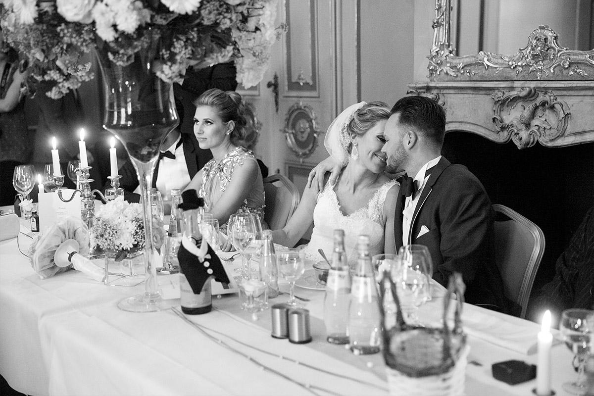 ungestelltes Hochzeitsfoto von Brautpaar bei Hochzeitsfeier im Ermelerhaus Berlin - Ermelerhaus Berlin Hochzeitsfotograf © www.hochzeitslicht.de