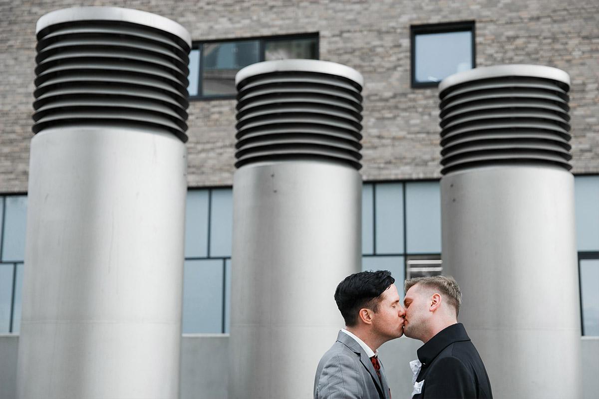 romantisches Paarfoto bei Gay Wedding in Berlin - Spreespeicher Berlin Hochzeitsfotograf © www.hochzeitslicht.de