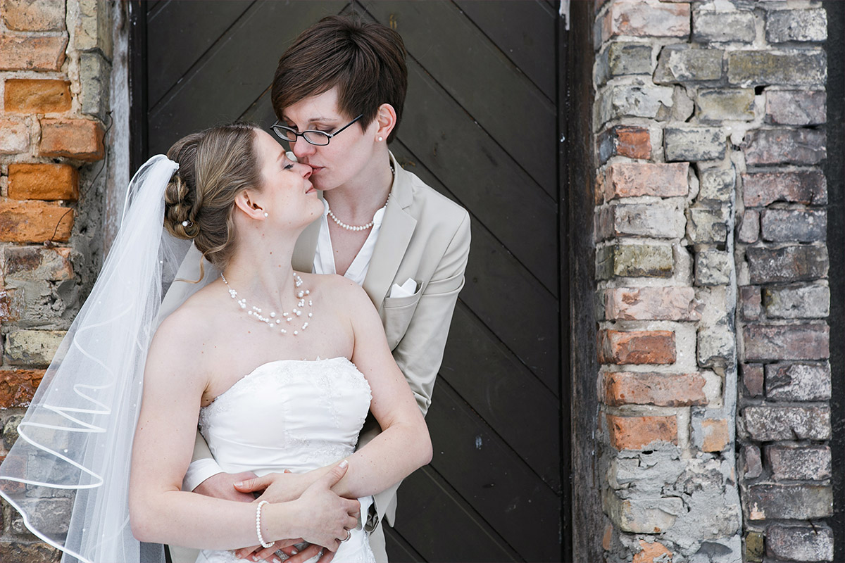 Hochzeitsfotos von gleichgeschlechtlichem Brautpaar in Potsdam - Schloss Kartzow Hochzeitsfotograf © www.hochzeitslicht.de