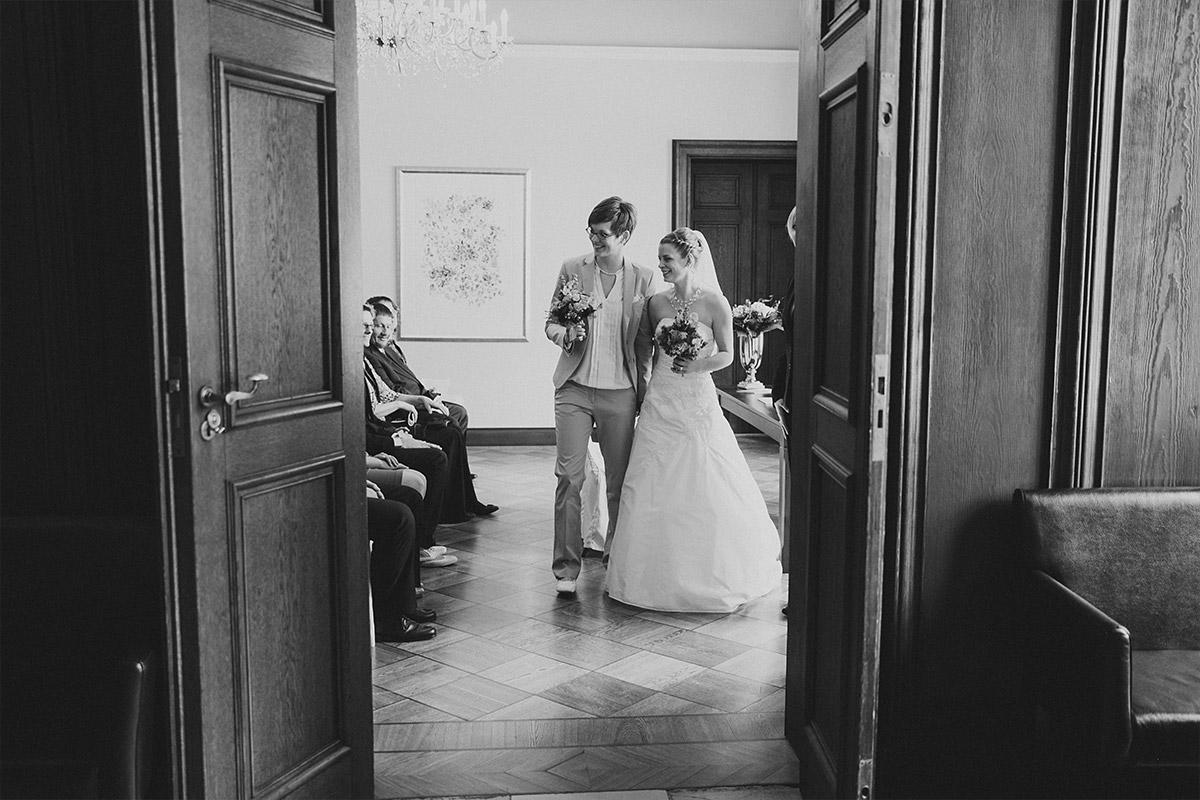 Hochzeitsfoto vom Auszug des Brautpaars nach Trauung bei Hochzeit auf Schloss Kartzow, Potsdam - Schloss Kartzow Hochzeitsfotograf © www.hochzeitslicht.de
