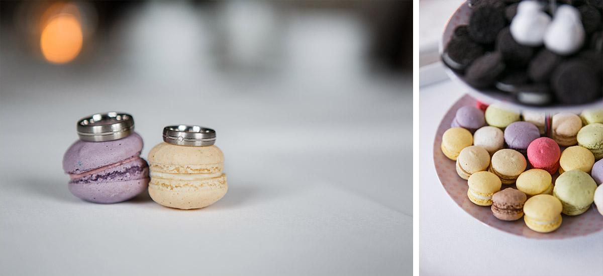 Detailaufnahme der Eheringe mit Macarons bei gleichgeschlechtlicher Hochzeit - Schloss Kartzow Hochzeitsfotograf © www.hochzeitslicht.de