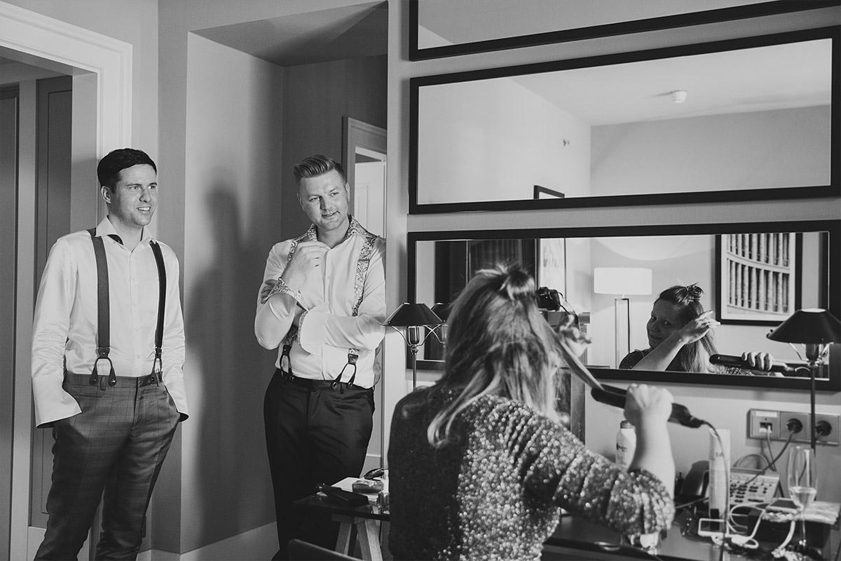 Hochzeitsreportagefoto von Bräutigamen und Hochzeitsgast bei Vorbereitungen im Hotel de Rome - Spreespeicher Berlin Hochzeitsfotograf © www.hochzeitslicht.de