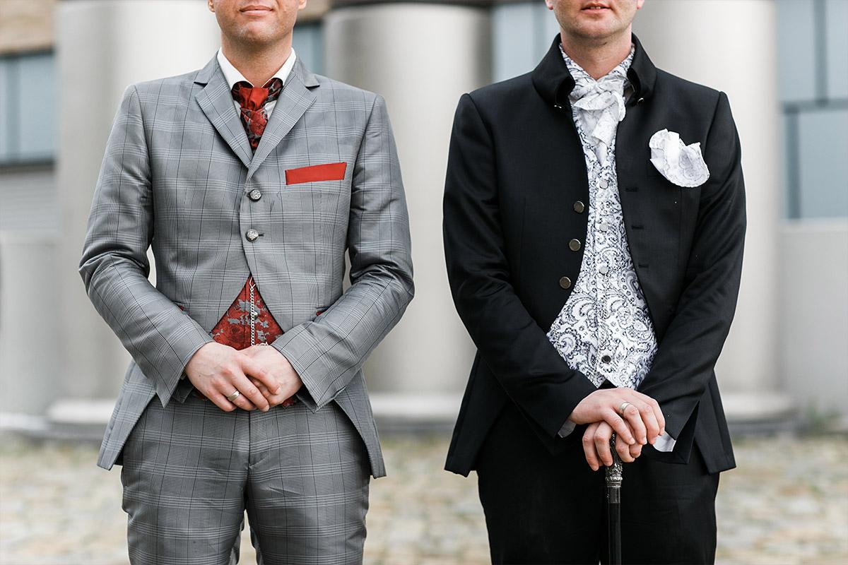 modernes Paarfoto von Bräutigamen bei schwuler Hochzeit Berlin - Spreespeicher Berlin Hochzeitsfotograf © www.hochzeitslicht.de