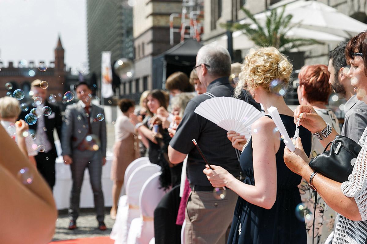 Hochzeitsfotografie von Gratulation der Gäste bei gleichgeschlechtlicher Hochzeit - Spreespeicher Berlin Hochzeitsfotograf © www.hochzeitslicht.de