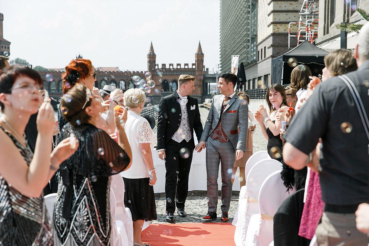 Hochzeitsfoto vom Auszug der Bräutigame bei Gay Wedding - Spreespeicher Berlin Hochzeitsfotograf © www.hochzeitslicht.de