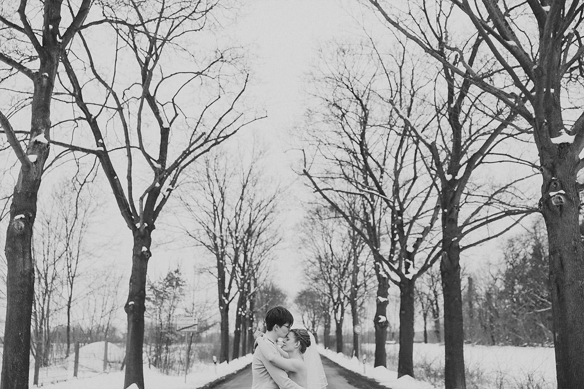 Brautpaarfoto bei gleichgeschlechtlicher Winterhochzeit auf Schloss Kartzow Potsdam - Schloss Kartzow Hochzeitsfotograf © www.hochzeitslicht.de