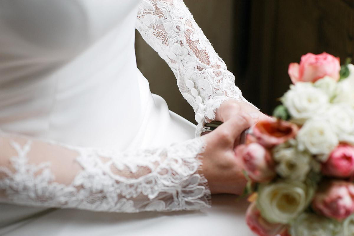 Detailfoto Von Brautkleid Und Brautstrauss Aus Rosen Und Pfingstrosen